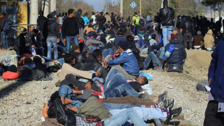 Idomeni-refugees on rail line