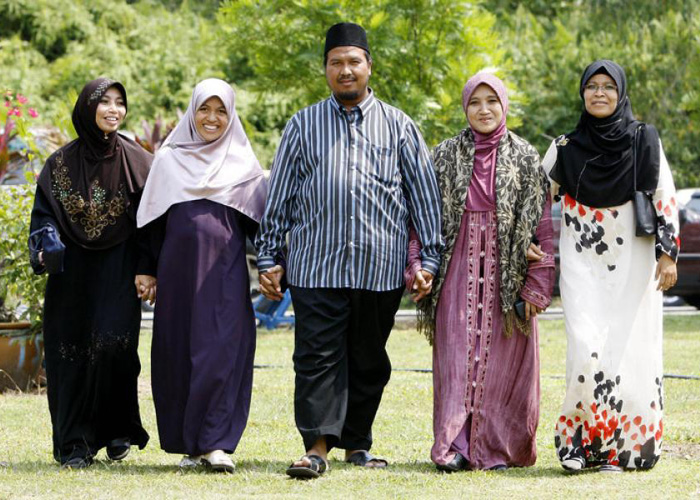 arab with 4 wives