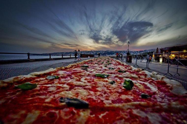 Αν κάποιος δικαιούται - και μπορεί - να σπάσει το ρεκόρ της πιο μακριάς πίτσας, αυτοί είναι ασφαλώς οι Ναπολιτάνοι.Έκαναν στην άκρη για να «ξαπλώσει» κατά μήκος της προκυμαίαςμια πίτσα Μαργαρίτα - γίγας μάκρους δύο χιλιομέτρων.
