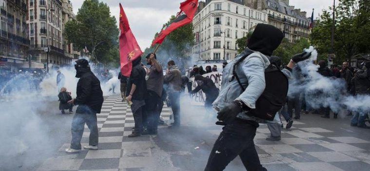epa05312539 Masked protesters clash with riot police during a demonstration against the French government's labor reform in Paris, France, 17 May 2016. Students and workers gathered as part of wide-spread protests against the French government's labor reform project. EPA/JEREMY LEMPIN