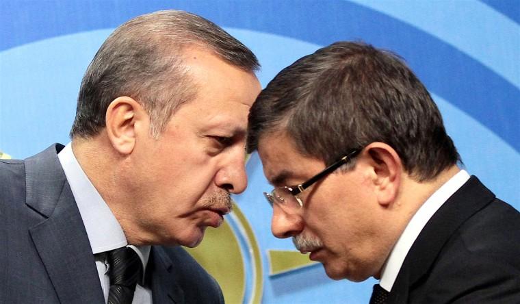 Başbakan Recep Tayyip Erdoğan (solda), Dışişleri Bakanı Ahmet Davutoğlu (sağda) ile Libya konusunu görüştü. 07 Nisan 2011 / Ali Ünal
