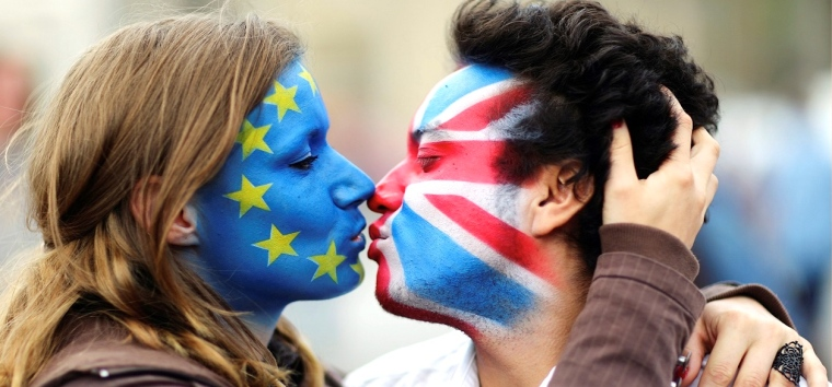 EU=Britain kissing flags