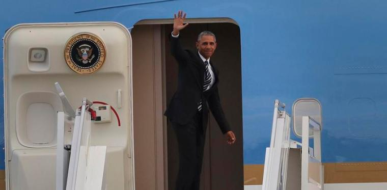 U.S. President Barack Obama waves before boarding Air Force One, at Athens' Eleftherios Venizelos International Airport, Wednesday, Nov. 16, 2016. Obama completed his visit in Greece, the first stop of his final foreign tour as president. (AP Photo/Yorgos Karahalis)