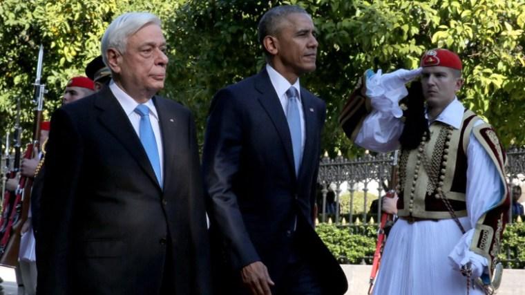 Ο Πρόεδρος της Δημοκρατίας Προκόπης Παυλόπουλος (Α) με τον Πρόεδρο των Ηνωμένων Πολιτειών της Αμερικής, Μπαράκ Ομπάμα (Κ) επιθεωρούν άγημα της Προεδρικής Φρουράς κατά τη διάρκεια της επίσημης τελετής υποδοχής, στο Προεδρικό Μέγαρο, την Τρίτη 15 Νοεμβρίου 2016.