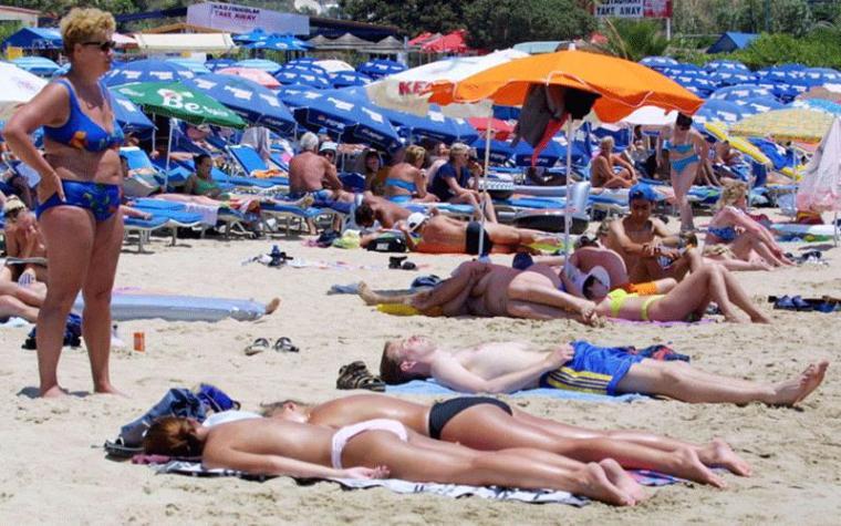cyprus-beach-tourists