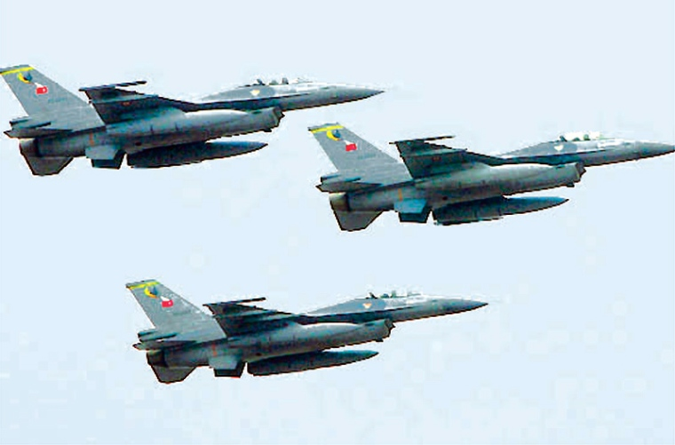 Turkish F16 jet fighters fly in formation in Istanbul in this October 29, 2007 file picture. Turkish warplanes targeting Kurdish rebels bombed villages deep in northern Iraq on December 16, 2007, killing one woman and forcing hundreds of people to flee their homes, local officials said. Picture taken October 29, 2007.  REUTERS/Fatih Saribas/File (TURKEY)