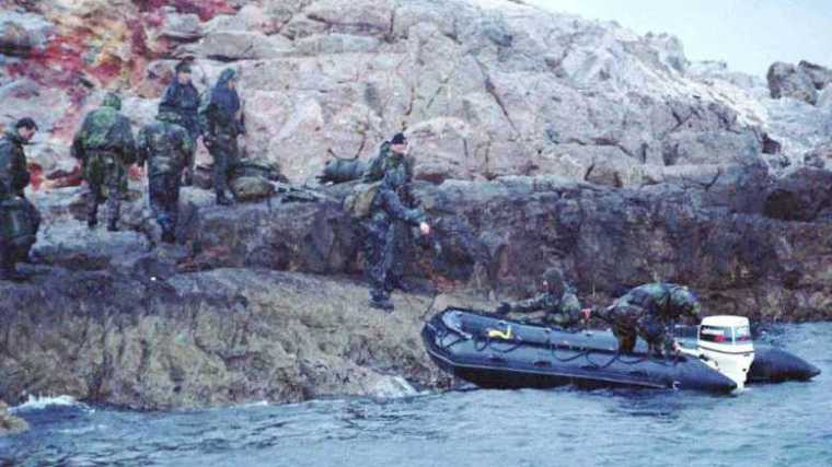 turkish-commandos-prepare-to-leave-the-imia-island-in-the-agean-sea-early-31-jan-1996